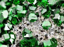Зеленый гранат: камень уваровит, магические и лечебные свойства минерала