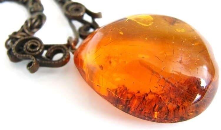 Как отличить настоящий янтарь от искусственного Как проверить камень на подлинность в домашних условиях